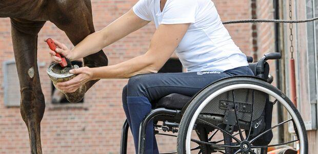 CAV Reiten und Rollstuhl Hufe auskratzen